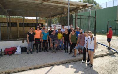 Un grupo de comparsistas piratas y varias personas de Elda acuden como voluntarios a Dolores